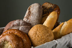 Asortowany chleb w drewnianym koszu Fotografia Royalty Free