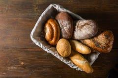 Asortowany chleb w drewnianym koszu Obraz Royalty Free