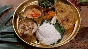 Asortowany hindusa Sri-lanka karmowy ustawiający na drewnianym tle Naczynia i appetisers kuchnia naprawdę, ryż, soczewicy, paneer zdjęcie wideo
