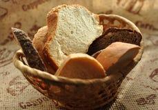Asortowany pokrojony chleb w łozinowym koszu Fotografia Royalty Free