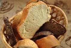 Asortowany pokrojony chleb w łozinowym koszu Obrazy Royalty Free