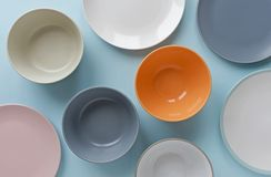 Asortowany pusty czyści puchary i talerze na błękicie obrazy royalty free