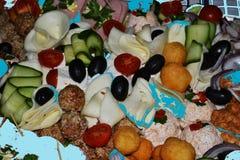 Asortowany talerz z różnymi warzywami i mięsnymi specjalność obrazy stock