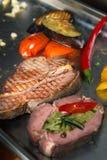 Asortowany wyśmienicie piec na grillu mięso z warzywami obraz royalty free