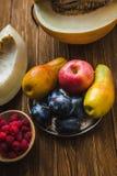 Asortyment świeże owoc i jagody Owoc śliwki, jabłko, bonkreta Obrazy Stock