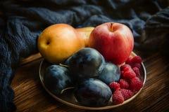 Asortyment świeże owoc i jagody Owoc śliwki, jabłko, bonkreta Zdjęcia Stock