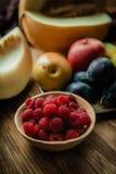 Asortyment świeże owoc i jagody Owoc śliwki, jabłko, bonkreta Obraz Stock