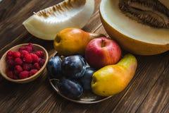 Asortyment świeże owoc i jagody Owoc śliwki, jabłko, bonkreta Obrazy Royalty Free