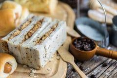 Asortyment świeżo piec chlebowe rolki lekko odkurzali z mąką na drewnianym Fotografia Stock