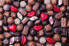Asortyment świetna czekoladowych cukierków, bielu, ciemnej i dojnej czekolada, Cukierki t?o kosmos kopii Odg?rny widok zdjęcie royalty free