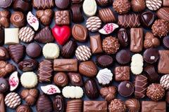 Asortyment świetni czekoladowi cukierki, biel, zmrok i dojnej czekolady cukierków tło, kosmos kopii Odgórny widok fotografia stock