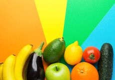 Asortyment świezi surowi dojrzali sezonowi owoc warzywa na stubarwnym pinwheel tle Kreatywnie karmowy plakat Witamin zdrowie obraz royalty free