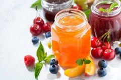 Asortyment cukierków dżemy i sezonowe owoc na białym tle Zdjęcie Royalty Free
