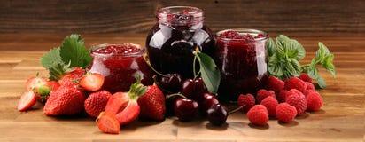 Asortyment d?emy, sezonowe jagody, wi?nia, mennica i owoc w szklanym s?oju, fotografia royalty free