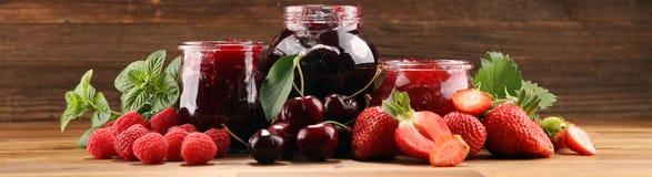 Asortyment d?emy, sezonowe jagody, wi?nia, mennica i owoc w szklanym s?oju, zdjęcia stock
