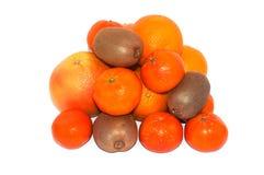 Asortyment egzotyczne owoc na białym tle Mnóstwo kiwi, pomarańcze, mandarynka i grapefruits, składaliśmy w rozsypisku zdjęcia royalty free