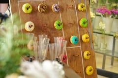 Asortyment kolorowi świezi donuts na drewnianej desce dla wakacje zdjęcie royalty free