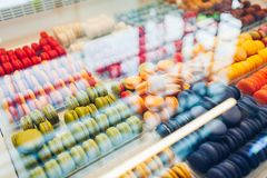 Asortyment kolorowi macaroons na cukiernianej gablocie wystawowej Rozmaito?? macaron smaki S?odki migda? zasycha w sklepie obraz stock