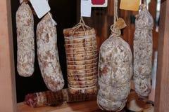 Asortyment Leczący salami w masarka sklepie i mięsa obraz stock