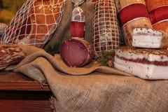 Asortyment Leczący salami w masarka sklepie i mięsa zdjęcie royalty free