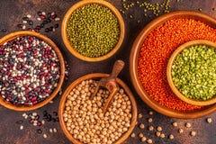 Asortyment Legumes soczewicy, grochy, Mung, chickpeas i r??ne fasole -, fotografia stock