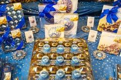 Asortyment Mozart cukierków tradycyjny sklep w Salzburg Obrazy Royalty Free