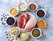Asortyment naturalni ?r?d?a proteina od jedzenia - kurczak pier?, wo?owina stek, cha?upa ser, sardele Odg?rny widok zdjęcia royalty free