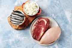 Asortyment naturalni ?r?d?a proteina od jedzenia - kurczak pier?, wo?owina stek, cha?upa ser, sardele Odg?rny widok fotografia stock