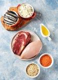 Asortyment naturalni ?r?d?a proteina od jedzenia - kurczak pier?, wo?owina stek, cha?upa ser, sardele Odg?rny widok zdjęcie stock