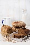 Asortyment nieociosany chleb na drewnianym stołowym tło składzie z chlebem i rolki kopii przestrzenią pokrajać fotografia stock