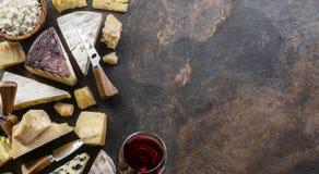 Asortyment organicznie sery na kamiennym tle Odgórny widok Smakowity serowy starter obrazy royalty free