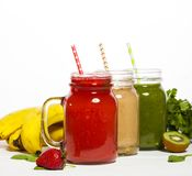 Asortyment owoc i warzywo smoothies w szkle zgrzyta z słoma Fotografia Stock