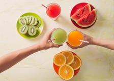 Asortyment owoc i warzywo sok w szkle ?wiezi organicznie sk?adniki, zdrowie lub detox diety jedzenia poj?cie, obrazy royalty free