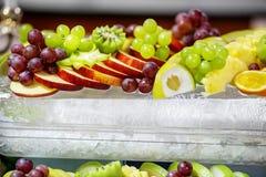 Asortyment owoc jabłka, winogrona i cytrus na lodzie, Th zdjęcie stock