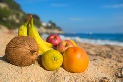 Asortyment owoc przy plażą fotografia stock