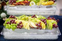 Asortyment owocowi jabłka, winogrona, ananasy i cytrus, dalej obraz royalty free