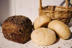 Asortyment piec chleb na białym drewnianym stołowym tle, ciężki światło fotografia royalty free