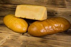 Asortyment piec chleb na drewnianym stole Fotografia Stock
