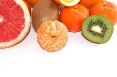 Asortyment pokrojona egzotyczna owoc zamknięta w górę białego tła dalej Kiwi i mandarynu pomarańcze plasterki fotografia stock