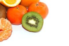 Asortyment pokrojona egzotyczna owoc zamknięta w górę białego tła dalej Kiwi i mandarynu pomarańcze plasterki obrazy royalty free