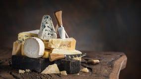 Asortyment różni serowi typy na drewnianym tle tło ser zawiera siatka ilustracyjnego wektor obrazy royalty free