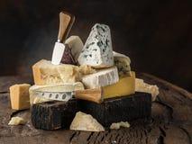 Asortyment różni serowi typy na drewnianym tle tło ser zawiera siatka ilustracyjnego wektor obraz stock