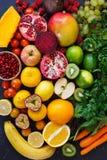 Asortyment różni owoc i warzywo w tęcza kolorach zdjęcie royalty free