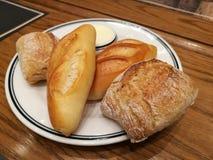 Asortyment różni typ Francuski chleb jako bocznego naczynia serw z solonym masłem na stole, przedpole chleb z plamą obrazy stock