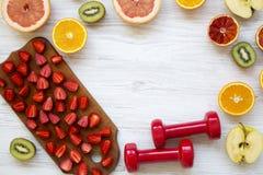 Asortyment różnorodne kolorowe owoc i dumbbells z kopii przestrzenią, odgórny widok Sprawności fizycznej pojęcie, dieta plan Obraz Royalty Free