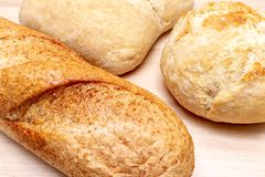 Asortyment, r??na banatka typ piec chleb z z?ot? skorup? na stole zdjęcie stock