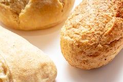 Asortyment, r??na banatka typ piec chleb z z?ot? skorup? na stole obrazy stock