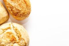 Asortyment, r??ni rodzaje banatka piec chleb z z?ot? skorup? na bia?ym tle z kopii przestrzeni?, piekarnia i sklepu spo?ywczego p obrazy royalty free