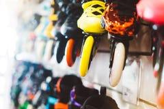 Asortyment rolkowe łyżwy odizolowywać w sklepu sklepie, osoby wybierać i zakupu koloru wrotkach na backgraund słońcu, migoczą, zd fotografia stock