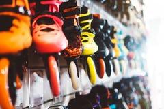 Asortyment rolkowe łyżwy odizolowywać w sklepu sklepie, osoby wybierać i zakupu koloru wrotkach na backgraund słońcu, migoczą, zd zdjęcia royalty free